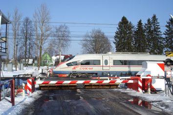 в марте 2012 г. на железнодорожных переездах между Москвой и С-Петербургом установлены противотаранные шлагбаумы ЗАО «ЦеСИС НИКИРЭТ»