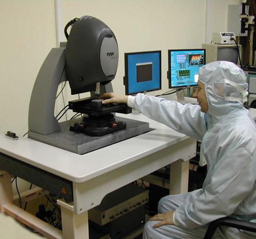 Для измерения параметров нанорельефа поверхности с саггитальным разрешением до 1 ангстрема используют нанопрофилометр белого света Zygo New View 6200