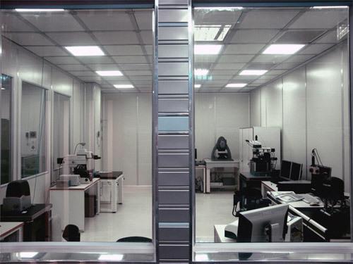 В этой «чистой комнате» находится оборудование для измерения свойств поверхности нанообъектов