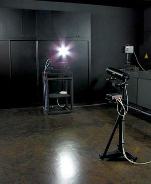 С помощью этого устройства, именуемого гониофотометрическим комплексом X-Rite Optronik SMS 10m, можно измерить пространственное распределение яркости излучения осветительных систем на основе сверхъярких светодиодов