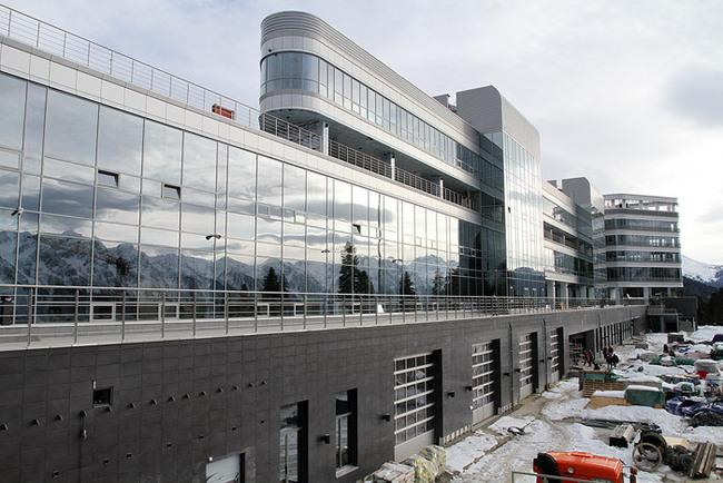 «Здание стадиона: еще один вид со стороны входной группы»