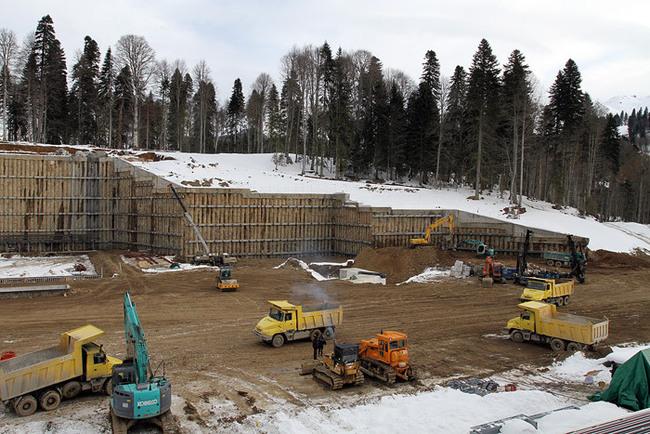 «Строительная площадка перед трибунами стадиона»