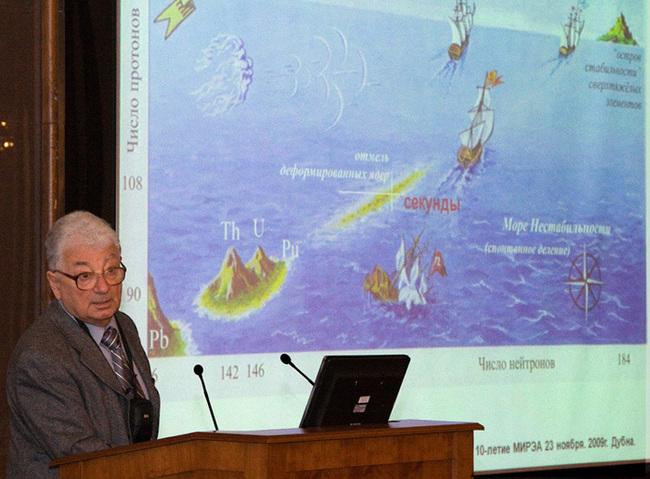 Академик Юрий Оганесян у карты «острова стабильности». Фото Юрия Туманова.