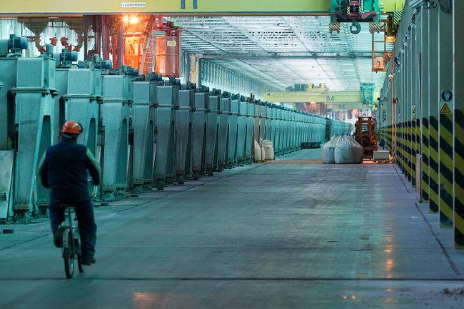Ряды электролизеров в одном из цехов Саяногорского алюминиевого завода